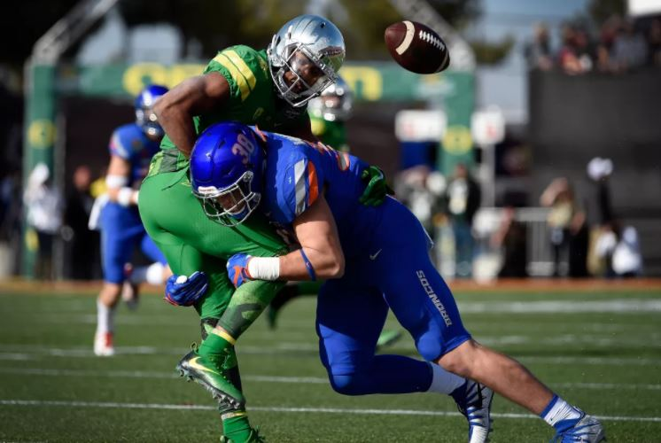 Leighton Vander Esch of Boise makes a tackle.