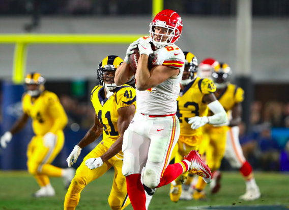 Travis Kelce makes a catch against the Rams.