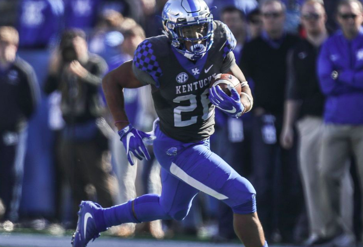 Benny Snell runs with the football.