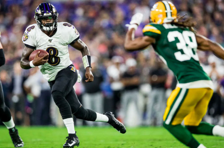 Lamar  Jackson jukes a Packers defender.